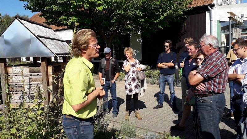 Bart Vandepoele (Departement Omgeving) gaf tips over geschikte voedsel- en nestplaatsen en hoe je een goed insectenhotel kan maken.