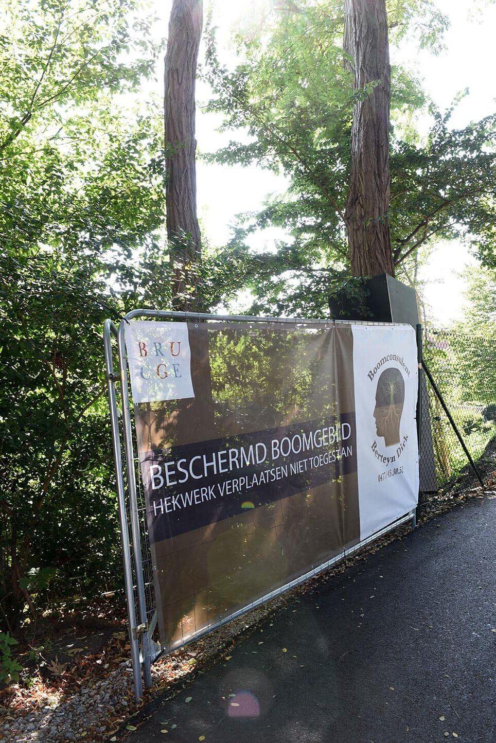 'Beschermd boomgebied, Hekwerk verplaatsen niet toegestaan'