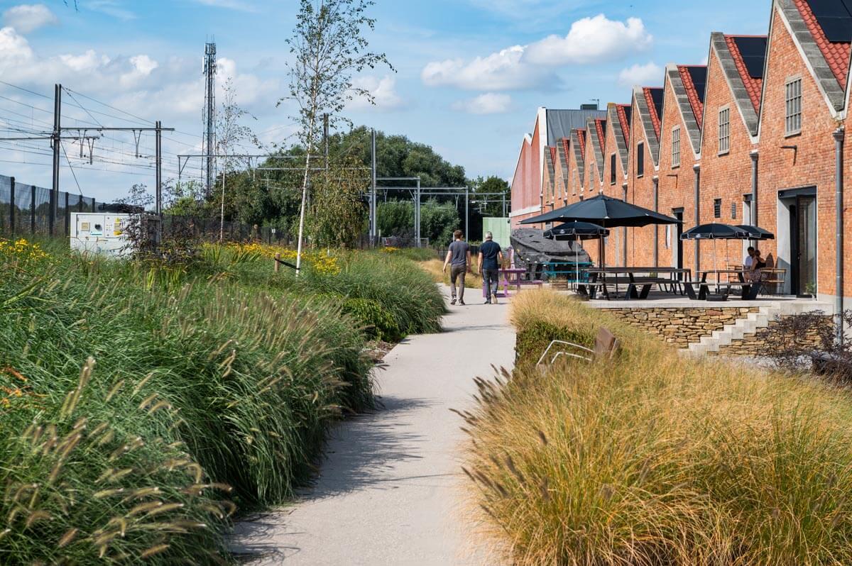 """""""Tussen de loods en spoorweg werden kleurrijke, intensievere tuinen aangelegd."""""""